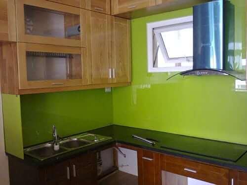 Mẫu kính màu ốp tường cùng mặt kính nhà bếp